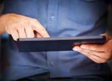 Zakończenie komputer osobisty mężczyzna używać pastylki komputer osobisty Obrazy Royalty Free