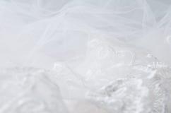 Zakończenie koronkowa ślub przesłona na białym drewnianym tle zdjęcie stock