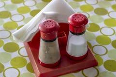 Zakończenie krótkopęd soli i pieprzu narzędzia na kolorowym stole obraz stock