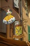 Zakończenie kruszcowy ulica sklep podpisuje wewnątrz budynek przy Les wioską obraz stock