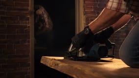 Zakończenie który pracuje z ciesielki narzędziem w jego warsztacie up strzelał s mężczyzna ` ręki zbiory
