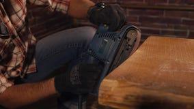 Zakończenie który robi drewnianemu stołowi z jego swój rękami up strzelał s mężczyzna ` ręki, zdjęcie wideo