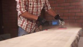 Zakończenie który używa świder i szlifierskiego nozzle up strzelał pracownika ` s ręki, zbiory wideo