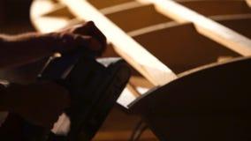 Zakończenie który używa szlifierską maszynę gładzić powierzchnię up strzelał s mężczyzna ` ręki zdjęcie wideo