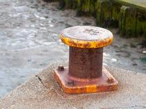 Zakończenie kurenda wierzchołka kolor żółty up rdzewiał marina metalu fiszorek dla ro fotografia stock