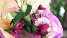 Zakończenie, kwiatu bukiet w promieniach światło, obracanie kwiecisty skład składać się z solidago kalia, leluja zbiory wideo