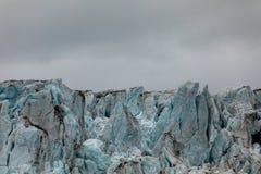 Zakończenie lód lodowiec Błękita lód z chmurnym niebem above Svalbard, Spitsbergen Zdjęcia Stock
