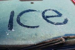 Zakończenie lód słowa lód na windscreen. Obrazy Stock