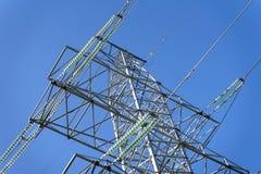 Zakończenie linia energetyczna w niebieskim niebie, dyrygenci, wytrzymywa przypływy należnych wyłaczać błyskawicę zdjęcia stock