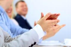 Zakończenie ludzie biznesu klascze ręki Biznesowy seminaryjny pojęcie Zdjęcia Stock