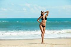 Zakończenie luksusu piękny schudnięcie i garbnikująca dziewczyna w czarnym bikini na plaży ocean Seksowny garbnikujący ciało, pła Obraz Stock