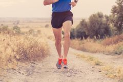 Zakończenie mężczyzna bieg up iść na piechotę przy zmierzchem na wiejskiej drodze obraz stock