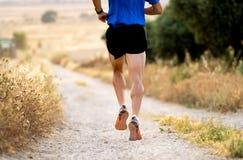Zakończenie mężczyzna bieg up iść na piechotę przy zmierzchem na wiejskiej drodze zdjęcia royalty free