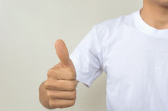 Zakończenie mężczyzna ręka pokazuje aprobaty na przedpolu Zdjęcie Stock