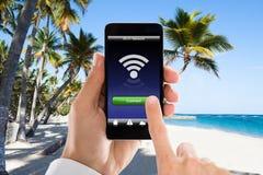 Zakończenie mężczyzna ` s ręka Łączył WiFi Na telefonie komórkowym obrazy stock