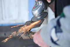 Zakończenie mężczyzna up ostrzy ax używać elektrycznego ostrzarza Obraz Royalty Free