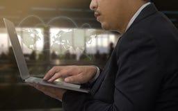 Zakończenie mężczyzna up use mobilny laptop w lotniskowym terminal Zdjęcie Stock