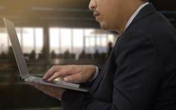 Zakończenie mężczyzna up use mobilny laptop w lotniskowym terminal Obraz Royalty Free