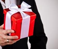 Zakończenie mężczyzna up wręcza mienie prezenta pudełko fotografia royalty free