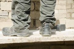 Zakończenie męscy buty up brudzi praca w budowie Zdjęcie Stock