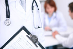 Zakończenie męska lekarka w tle lekarka i pacjent Obraz Stock