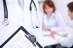 Zakończenie męska lekarka w tle lekarka i pacjent Fotografia Stock