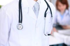 Zakończenie męska lekarka w tle lekarka i pacjent Obrazy Royalty Free