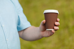 Zakończenie męska ręki mienia kawa brać daleko od Zdjęcie Royalty Free