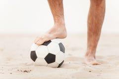 Zakończenie męski nożny bawić się futbol na piasku Obraz Royalty Free