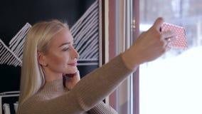 Zakończenie młoda dziewczyna robi selfie w kawiarni zbiory