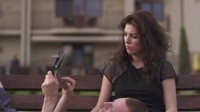 Zakończenie młoda gniewna kobieta obrażał przez braka uwaga od jego męża który niezmiennie bawić się na jego zdjęcie wideo