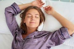 Zakończenie młoda kobieta śpi na ona z Han z powrotem w piżamach Zdjęcie Royalty Free
