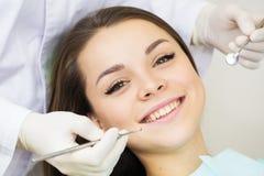 Zakończenie młoda kobieta podczas inspekci oralny zagłębienie z pomocą haczyk i lustro zdjęcie stock