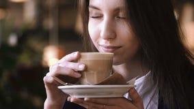 Zakończenie młoda piękna kobieta up wręcza mienia i odoru gorąca filiżanka kawy lub herbata z mlekiem zdjęcie wideo