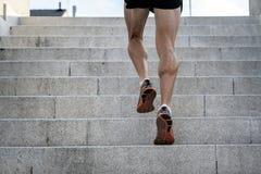 Zakończenie młodego człowieka działający up up odziewa schodki z bieg zdjęcie royalty free