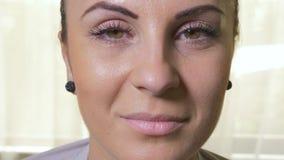 Zakończenie młody atrakcyjny kobiety otwarcie ono przygląda się i ono uśmiecha się zbiory wideo