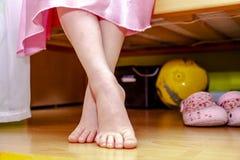 Zakończenie mała dziewczynka cieki podczas gdy siedzący na łóżku fotografia royalty free