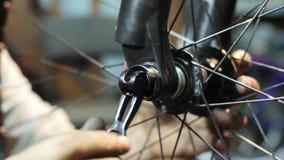 Zakończenie mahanic naprawianie rowerowy toczy wewnątrz jej remontowego warsztat zbiory wideo