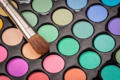 Zakończenie makijażu oka cienia paleta z muśnięciem Obrazy Stock