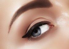 Zakończenie makro- piękny żeński oko z perfect kształt brwiami Czysta skóra, mody naturel makijaż Dobry wzrok zdjęcie stock