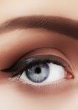 Zakończenie makro- piękny żeński oko z perfect kształt brwiami Czysta skóra, mody naturel makijaż Dobry wzrok obrazy stock