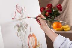 Zakończenie malujący kobiety ręka obraz royalty free