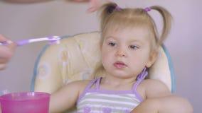 Zakończenie mama pomaga czyścić zęby jej mała córka w ranku Higiena oralny zagłębienie Opieka zęby zbiory wideo