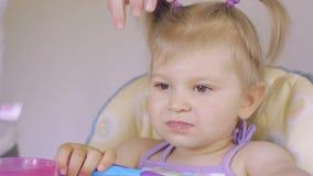 Zakończenie mama pomaga czyścić zęby jej mała córka w ranku Higiena oralny zagłębienie Opieka zęby zbiory