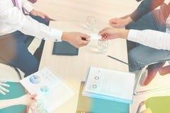 Zakończenie mapy na stole podczas biznesowego spotkania i wykres fotografia stock
