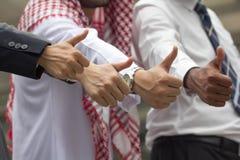 Zakończenie Międzynarodowego biznesu drużynowy pokazuje kciuk up z ich Obrazy Royalty Free