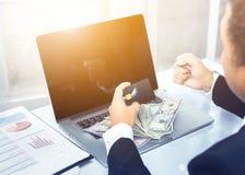Zakończenie miękkiej ostrości biznesowy mężczyzna Up wręcza Robić zakupy Online Używać Obraz Stock