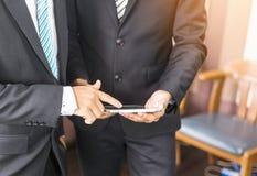 Zakończenie miękkiej ostrości biznesowy mężczyzna Up wręcza Używać pastylkę i Lapto Zdjęcie Royalty Free