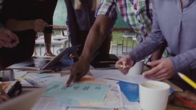 Zakończenie mieszał biegową grupy ludzi pozycję blisko stołu Młoda biznes drużyna pracuje na uruchomienie projekcie wpólnie zbiory wideo