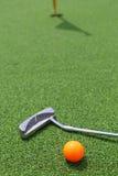 Zakończenie miniaturowego golfa dziura z nietoperzem i piłką Obrazy Stock